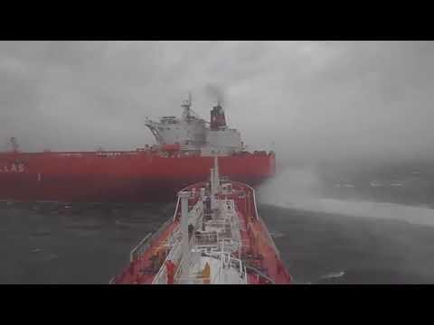 Чуть не столкнулись два судна в море