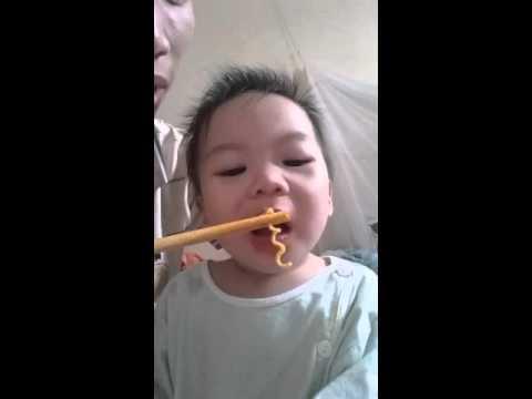 Bé yêu ăn mỳ spagety cực dễ thương | Baby eat spagety cute, funny. - Thời lượng: 7 phút và 24 giây.