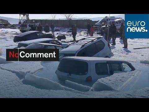 Russie : des voitures coulent dans un lac gelé