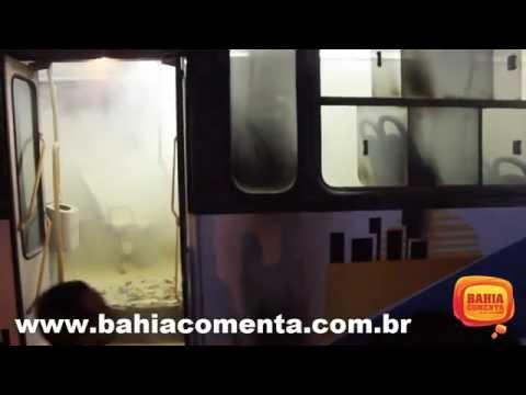 Assaltantes tocam fogo em ônibus em Dias d'Ávila