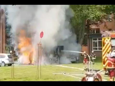 Rettungswagen explodiert während Löscharbeiten in Bad Segeberg