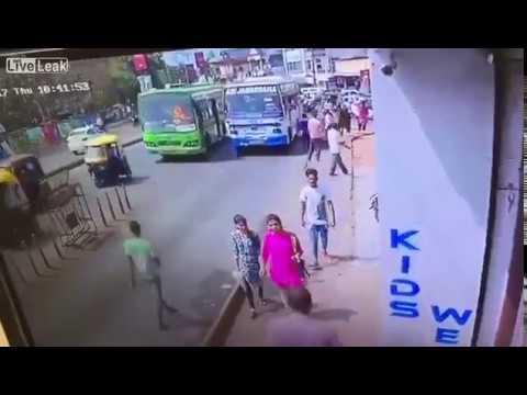 Esto es lo que te podría pasar en la calle si eres de los que pasan con el móvil en mano