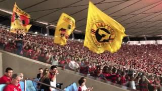 Flamengo entrando em campo com a festa da torcida, no jogo contra a Universidad Católica, no Maracanã.