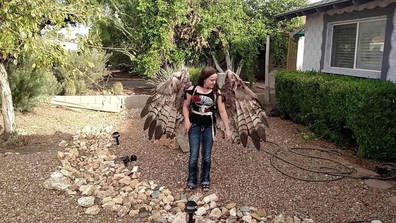 Die pneumatischen Flügel von Alexis Noriega machen aus Frau einen Vogel