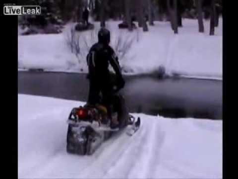 """[Clip] - Xe trượt tuyết lao đầu """"thử độ cứng"""" với gốc cây"""