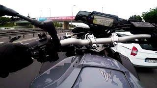 Szybki przelot motocyklem po zatłoczonej drodze.