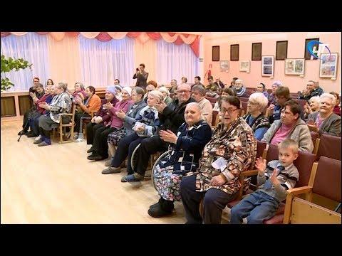 Студенты НовГУ провели праздничный концерт и собрали подарки для пожилых людей