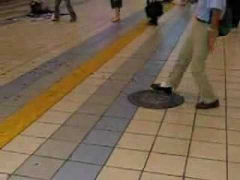 「[閲覧注意]京橋駅に大集合したゴキブリの大群。」のイメージ