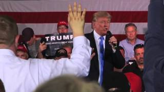 Janesville (WI) United States  city photo : Donald Trump Shares a Heartfelt Moment in Janesville, WI 3-29-2016