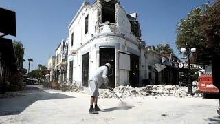 Dos personas, un turista sueco y otro turco, murieron y más de cien resultaron heridas el viernes por un sismo de fuerte magnitud que sacudió en pleno período turístico la isla griega de Cos.