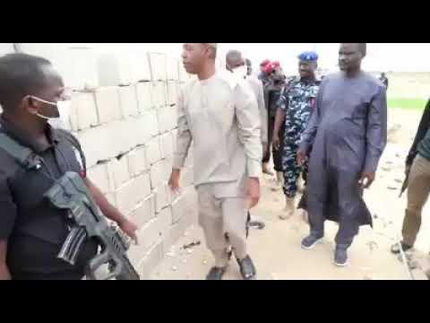Gwamnan jihar Borno Farfesa Babagana Umara Zulum ke duba ingancin bul