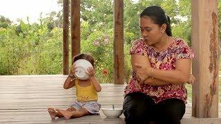 Balita Lucu Menunggu Abang Tukang Bakso - Shanti Makan Mie Ayam - baby eating noodles