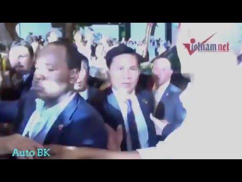 Tổng Thống Obama bắt tay trò chuyện cùng người dân tại quá phở tại Hà Nội