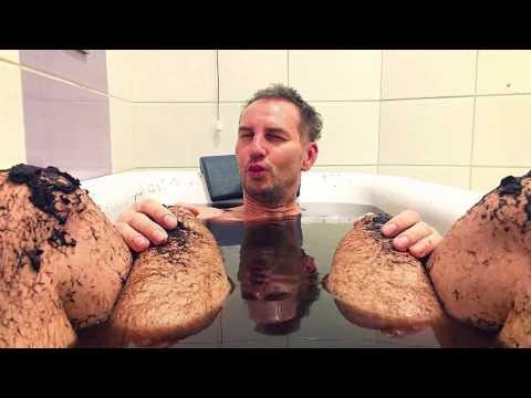 Krzysztof Gojdź o zdjęciu z mężczyzną w wannie