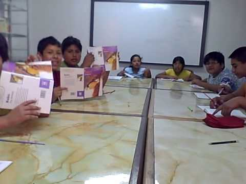 Niños leen un cuento usando las estrategias de Lectura Veloz