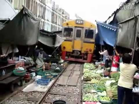 l'incredibile treno che sfreccia in mezzo al mercato!
