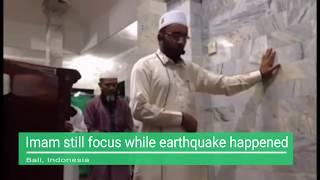 Video Imam Still Focus when Earthquake Happened In Indonesia MP3, 3GP, MP4, WEBM, AVI, FLV Agustus 2018