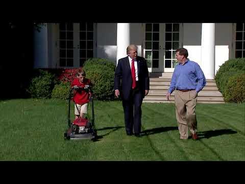 (VIDEO) Tramp ispunio želju dečaku da pokosi travnjak Bele kuće  data-original=