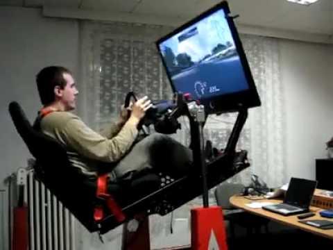 un ragazzo gioca con un simulatore su una pista tortuosa