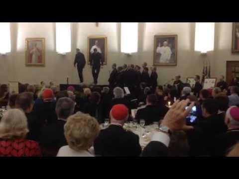 Due preti si sfidano a colpi di tip tap: il video è virale