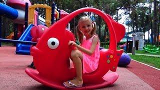 Polina juega en un nuevo parque infantil para niños.