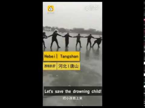 العرب اليوم - شاهد: سلسلة بشرية لإنقاذ طفل من الغرق