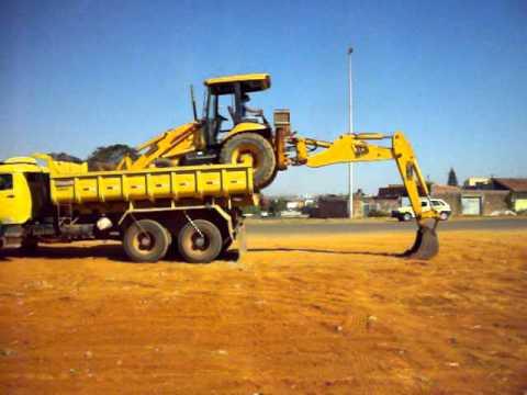 Carregando Retroescavadeira no Caminhão Sem Auxilio de Rampa