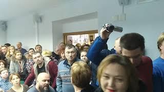 На публичных слушаниях по свалке «Лесная» в Серпухове народ ворвался в зал с криками «Позор»