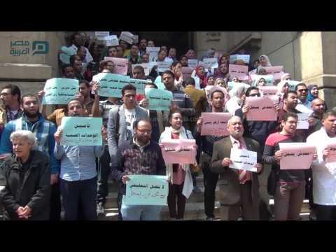 مصر العربية |  وقفة احتجاجية لأطباء التكليف أمام دار الحكمة
