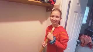 Tatuś ma ubaw z córki, która próbuje zamontować drążek w garderobie