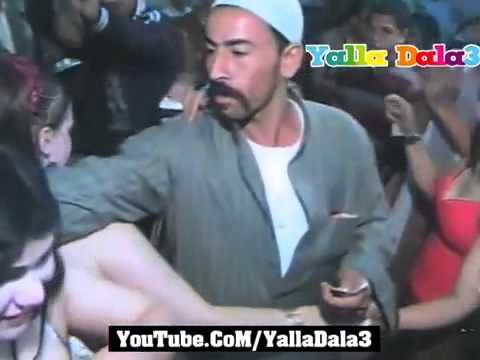 افراح مايو اجمد رقص شعبى ساخن مع المعازيم راقصات موزز ملهمش حل فرح شعبى للكبار 2014  Yalla Dala3 (видео)