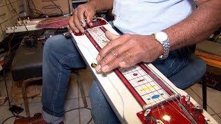 Apaixonado por guitarra havaiana, chaveiro de Piedade fabrica e vende o instrumento musical