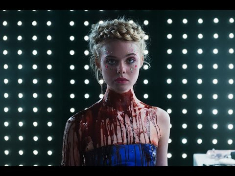 Hvězda Hunger Games ve scéně lesbické nekrofílie ve fashion hororu Neon Demon
