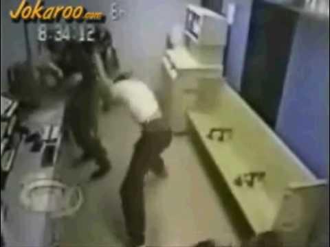 3 policias heridos por un chico malo
