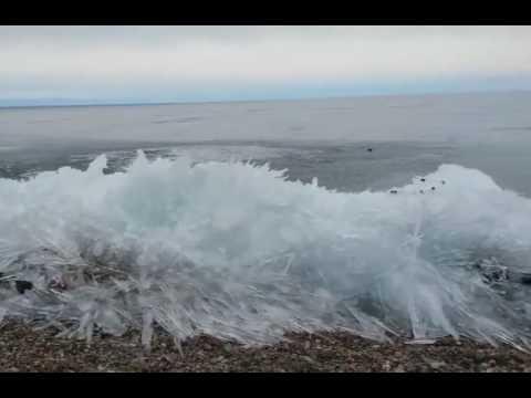 El curioso fenómeno de las olas congeladas en Italia