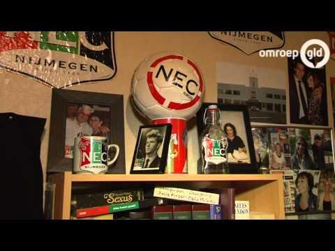 gestolen - Vlag NEC-fan Jan de Beu gestolen: 'Dit brengt ongeluk' NIJMEGEN - Jan de Beu is woedend. De prominente NEC-supporter ontdekte deze week dat zijn vlag is gestolen.
