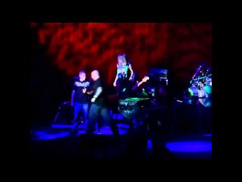 Avril Lavigne – A fan invaded the stage and scared Avril