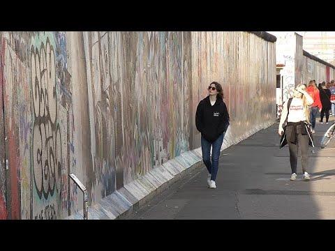 Βερολίνο: Τα αισθήματα των Γερμανών τριάντα χρόνια μετά την πτώση του Τείχους…