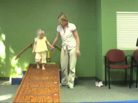 Ver vídeo 2-year-old girl exhibiting low tone pronation | Fast Fit PollyWog | Cascade Dafo