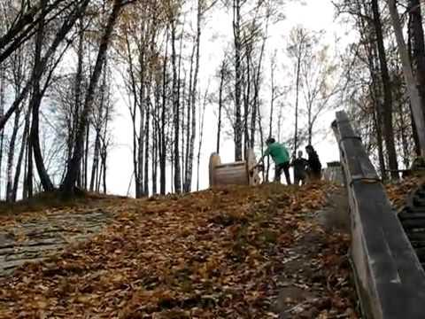 video que muestra como dos rusos se meten en una rueda y bajan colina abajo