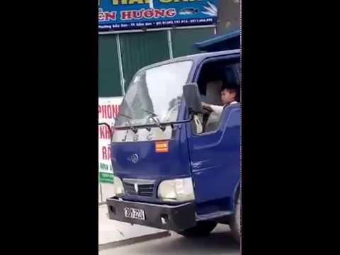 Cả phố hết hồn khi thấy cậu bé lái xe tải chở bố chạy băng băng trên đường ở Sầm Sơn Thanh Hóa