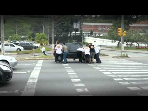 不守交通規則,巴西猛男「抬走」違規車輛!