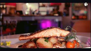 Hamburger Pannfisch vom Lachs mit Tahiti-Vanillesalz auf Bratkartoffeln und Dijonsenf Sauce
