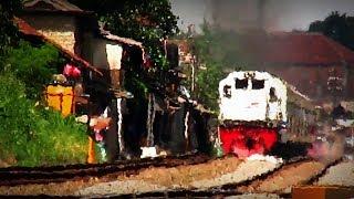 Kereta Api Serayu dari Purwokerto menuju Pasar Senen melintas di Stasiun Andir