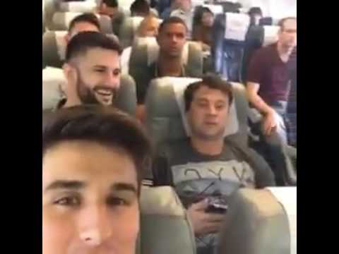 Vídeo mostra jogadores da Chapecoense minutos antes do voo Zagueiro Filipe Machado publicou em seu Instagram um vídeo em que a equipe aparece animada antes da decolagem