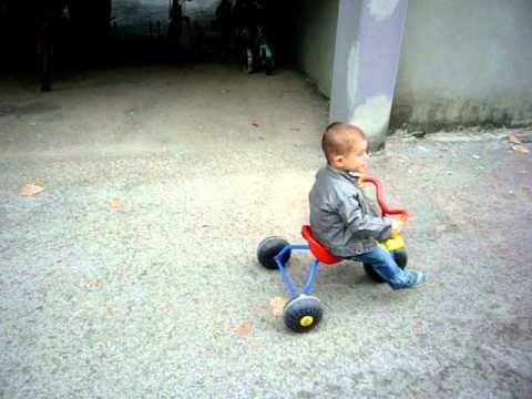 Niccolò sul triciclo....