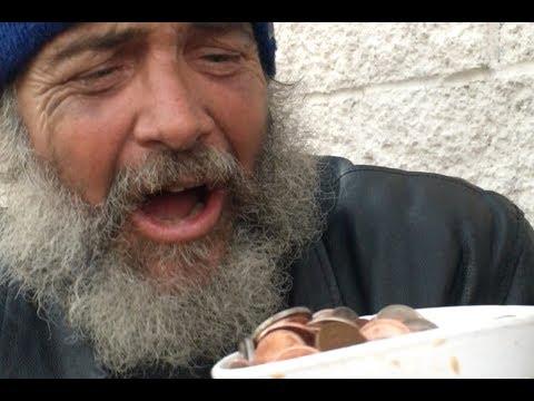 Katso kuinka katutaikuri Julius Dein taikoo kodittomille rahaa