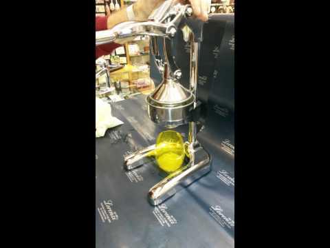 1 movimento e si spreme 1/2 arancia: praticissimo spremiagrumi professionale