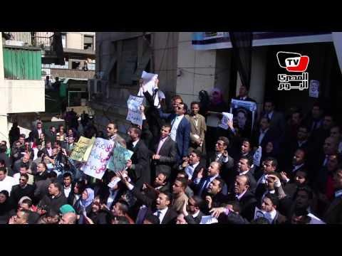 المحامون يتظاهرون داخل نقابتهم.. والهتافات «لسه التعذيب في الأقسام»