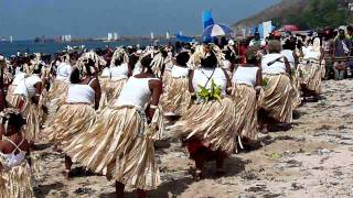 A chorus of traditional singers, young and old, reenacting the welcome of the lakatois during Hiri Moale festival 2010, Port Moresby.